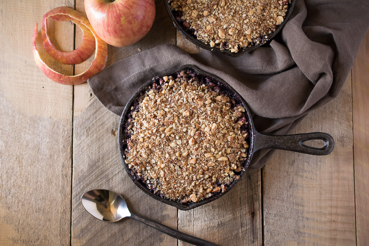 Are you looking for an easy fall dessert? Then you came to the right place. Apple and blackberry crumble is so 'fall-like', from the seasonal fruit to the spices and it's all topped off with vanilla ice cream and homemade apple spiced caramel sauce.