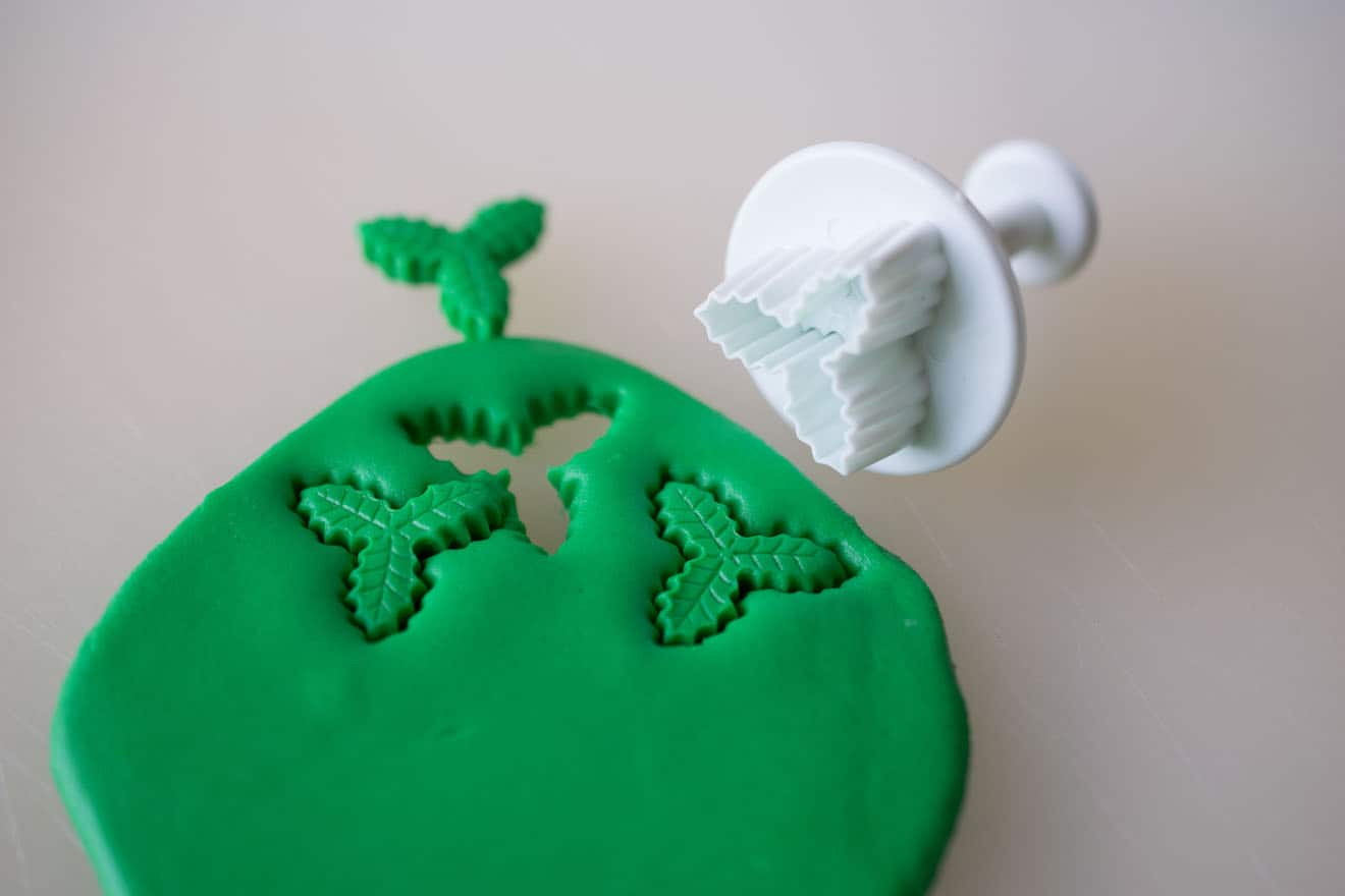 Making green holly fondant decorations
