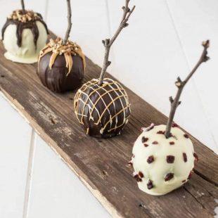 2 white chocolate and 2 dark chocolate apples